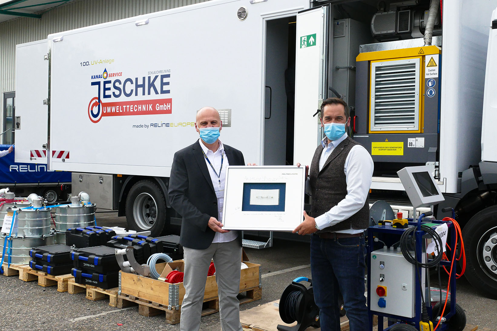 System handover in times of CoVid-19: Thomas Boos, managing director of Jeschke Umwelttechnik, side by side with RELINEEUROPE's sales director Philipp Martin - Photo: RELINEEUROPE